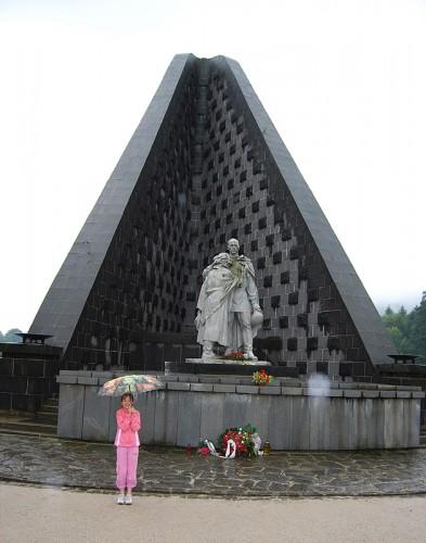 Кира перед мемориалом