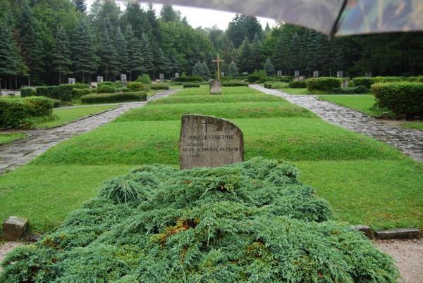 Захоронения у мемориала