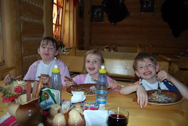 Дети лопают в колибе