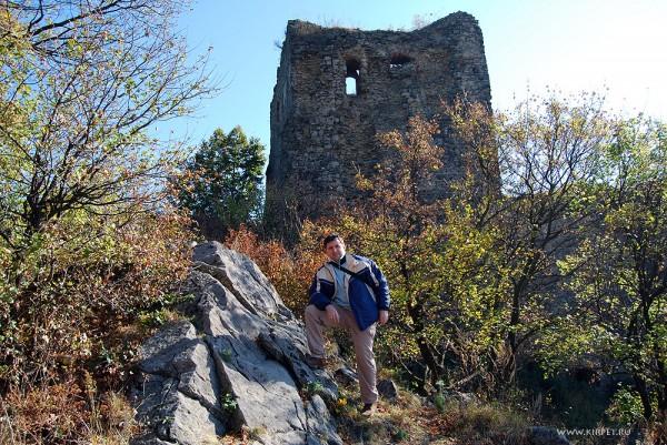 На фоне крепостной стены