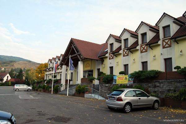 Площадь и гостиница перед замком