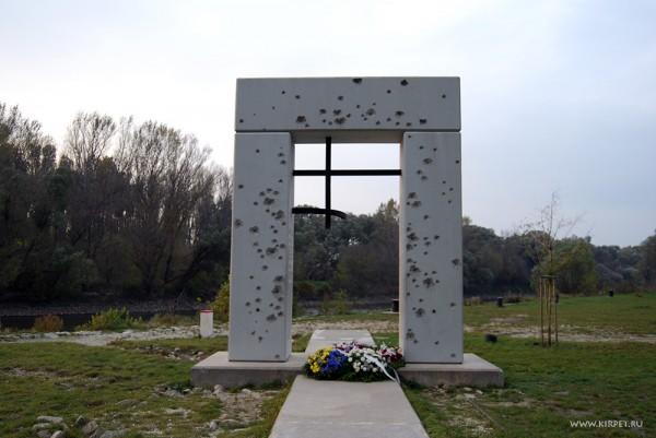 Монумент погибшим при пересечении границы