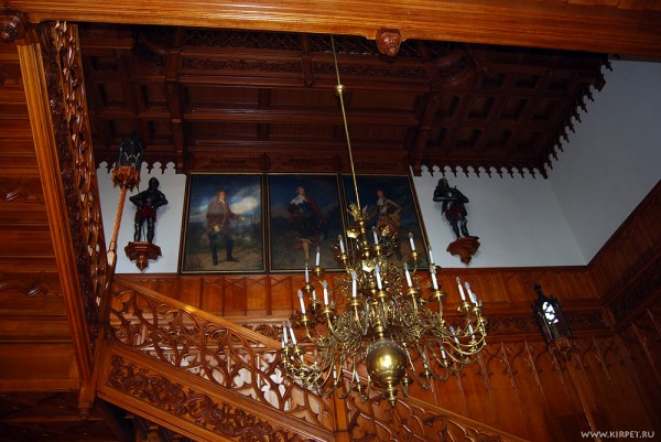 Лестница, люстра портреты