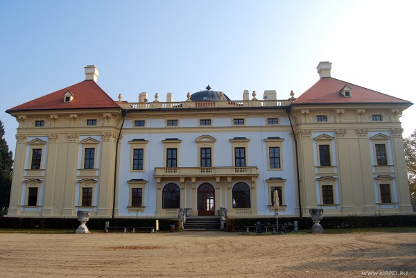 Замок со стороны парка
