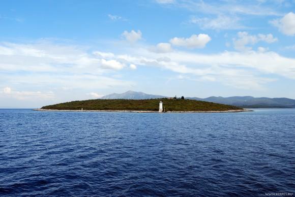 Вид на остров с маяком
