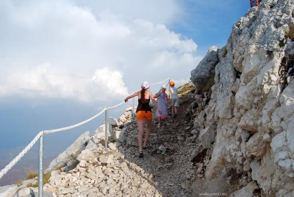 Дети идут в гору