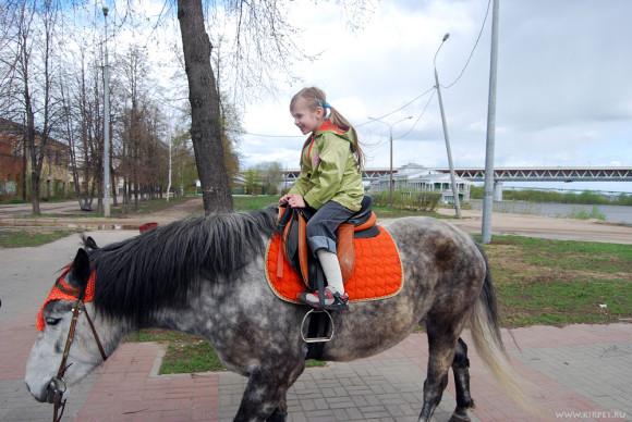 Дана на лошади