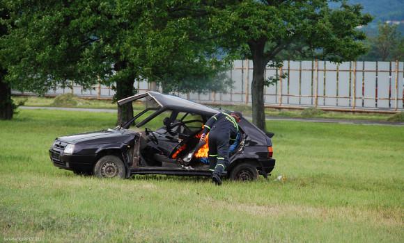 Поджигают машину