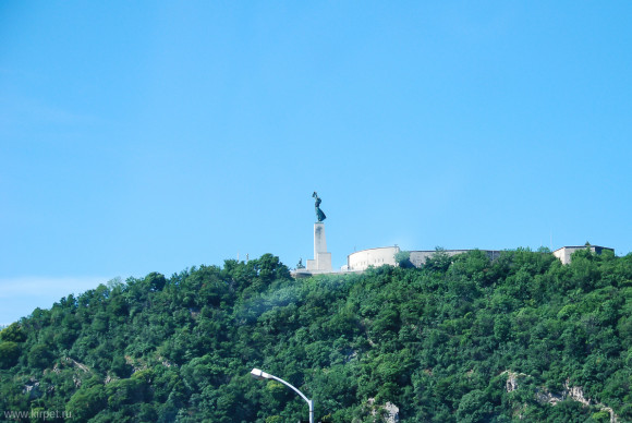 Памятник на горе