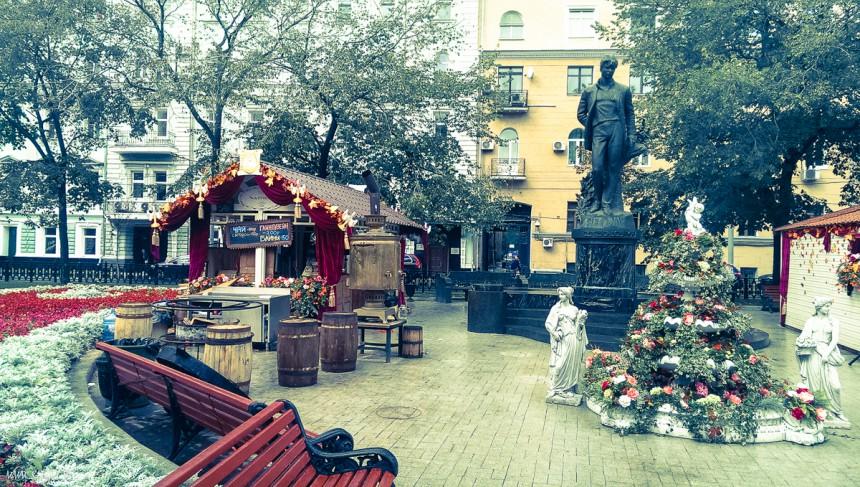 Самовар и памятник Есенину