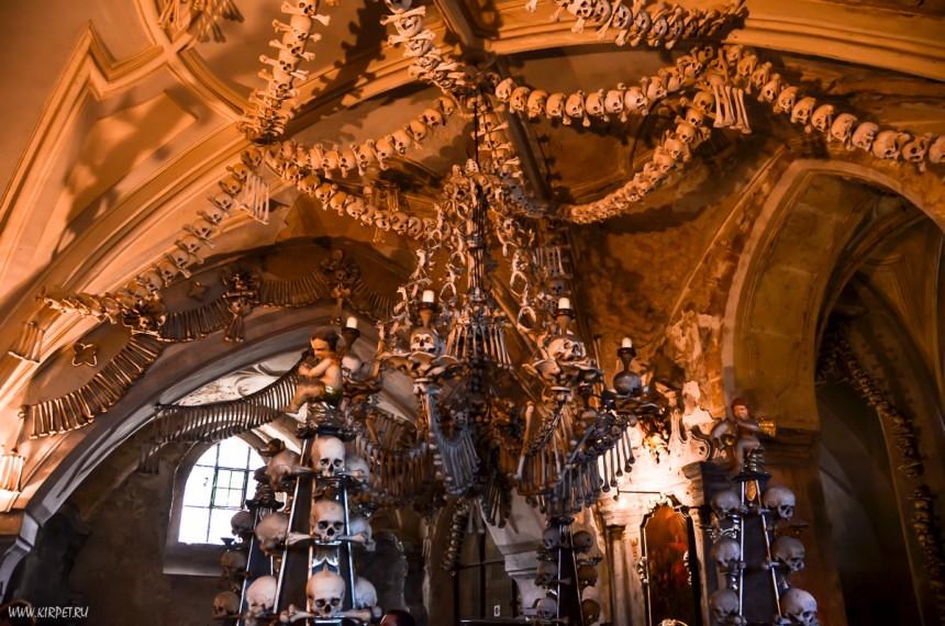Внутри Костницы