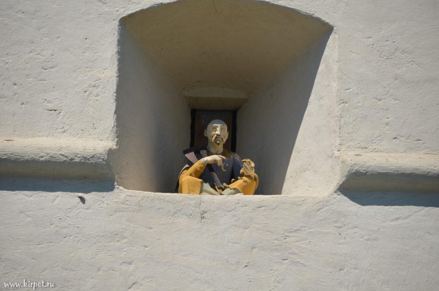 Человек в стене